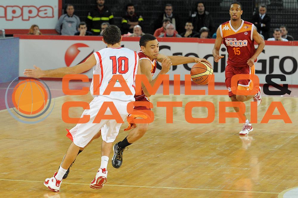 DESCRIZIONE : Roma Lega A 2009-10 Lottomatica Virtus Roma Banca Tercas Teramo <br /> GIOCATORE : Ibrahim Jaaber<br /> SQUADRA : Lottomatica Virtus Roma <br /> EVENTO : Campionato Lega A 2009-2010 <br /> GARA : Lottomatica Virtus Roma Banca Tercas Teramo<br /> DATA : 13/12/2009<br /> CATEGORIA : Contropiede<br /> SPORT : Pallacanestro <br /> AUTORE : Agenzia Ciamillo-Castoria/G.Vannicelli<br /> Galleria : Lega Basket A 2009-2010 <br /> Fotonotizia : Roma Campionato Italiano Lega A 2009-2010 Lottomatica Virtus Roma Banca Tercas Teramo <br /> Predefinita :