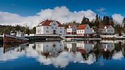 Kjeldsund is a former trading post and guest house, as well as a courthouse, and is located in Herøy, Norway. The buildings are now in use as a mission and youth center | Kjeldsund er ein tidlegare handelsstad og gjestgjevargard, så vel som tingstad i Herøy kommune i Møre og Romsdal. Handelen på staden er slutt. Ein del av bygningane var frå 1948 til 1955 bortleigd som husmorskule, Søre Sunnmøre Husstellskule. Skulen er avvikla og flytt til Ørsta. Bygningane er no i bruk som misjons- og ungdomsenter ? Kjeldsund Ungdomssenter ? som blir eigd og drive av Det Norske Misjonsselskap (NMS).
