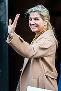 AMSTERDAM - queen maxima and king willem alexander arrive at the palace at the dam square in amsterdam . princess beatrix copyright robin utrecht <br /> koningin maxima  paleis op de dam , In het Koninklijk Paleis Amsterdam vond dinsdagavond 6 december 2016 het Paleissymposium &lsquo;Duurzame Cara&iuml;ben&rsquo; plaats. Hunne Majesteiten Koning Willem-Alexander en Koningin M&aacute;xima waren gastheer en gastvrouw van het symposium. Ook Hare Koninklijke Hoogheid Prinses Beatrix der Nederlanden was aanwezig.<br /> Het symposium is ontwikkeld door Andr&eacute; Kuipers en prof. Han Lindeboom. Andr&eacute; Kuipers nam als ruimtevaarder deel aan twee ruimtemissies waarbij hij gedurende langere tijd in de ruimte verbleef. Tijdens deze missies besloot hij zich in te zetten voor de samenleving, met name op het gebied van duurzaamheid, onderwijs en wetenschap. Prof. Han Lindeboom is hoogleraar Mariene ecologie aan de Wageningen Universiteit. Hij was voorzitter tijdens dit paleissymposium. Twee sprekers die vanuit hun eigen invalshoek een bijdrage leverden waren Jeremy Jackson en Glenn Thod&eacute;. koning willem alexander  copyright robin utrecht