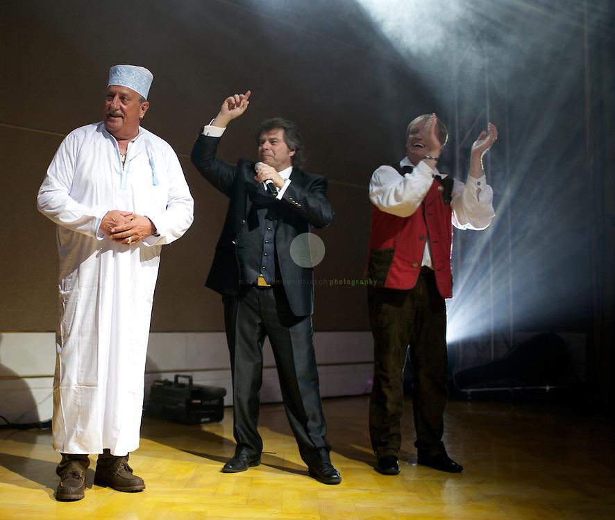 Depperter Bua: Georg Astenwald kriegt an seinem Geburtstag eine Kandura, die landestypische Kleidung f&uuml;r M&auml;nner. Moderator Andy Borg (Mitte) gratuliert.<br /> Astenwald ist Gr&uuml;nder der Gruppe Alpentrio Tirol, die f&uuml;r den Titel &quot;Depperter Bua&quot; eine Golden Schallplatte in &Ouml;stereich erhalten hat.