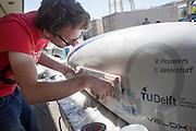 Teamleden repareren de schade die in de ochtend is ontstaan door een val met de VeloX4. Het Human Power Team Delft en Amsterdam (HPT), dat bestaat uit studenten van de TU Delft en de VU Amsterdam, is in Amerika om te proberen het record snelfietsen te verbreken. Momenteel zijn zij recordhouder, in 2013 reed Sebastiaan Bowier 133,78 km/h in de VeloX3. In Battle Mountain (Nevada) wordt ieder jaar de World Human Powered Speed Challenge gehouden. Tijdens deze wedstrijd wordt geprobeerd zo hard mogelijk te fietsen op pure menskracht. Ze halen snelheden tot 133 km/h. De deelnemers bestaan zowel uit teams van universiteiten als uit hobbyisten. Met de gestroomlijnde fietsen willen ze laten zien wat mogelijk is met menskracht. De speciale ligfietsen kunnen gezien worden als de Formule 1 van het fietsen. De kennis die wordt opgedaan wordt ook gebruikt om duurzaam vervoer verder te ontwikkelen.<br /> <br /> Team members repair the damage caused by a crash with the VeloX4 in the morning. The Human Power Team Delft and Amsterdam, a team by students of the TU Delft and the VU Amsterdam, is in America to set a new  world record speed cycling. I 2013 the team broke the record, Sebastiaan Bowier rode 133,78 km/h (83,13 mph) with the VeloX3. In Battle Mountain (Nevada) each year the World Human Powered Speed Challenge is held. During this race they try to ride on pure manpower as hard as possible. Speeds up to 133 km/h are reached. The participants consist of both teams from universities and from hobbyists. With the sleek bikes they want to show what is possible with human power. The special recumbent bicycles can be seen as the Formula 1 of the bicycle. The knowledge gained is also used to develop sustainable transport.