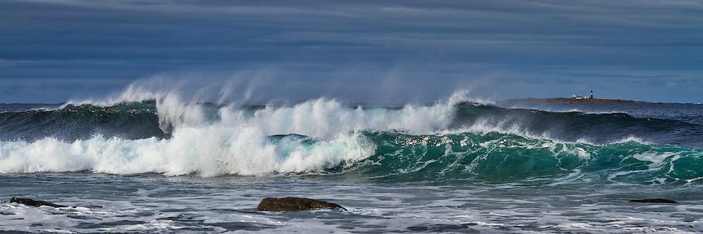 Store bølger på Flø, med Grasøyane fyr i bakgrunnen | Huge waves at Flø-Norway, with Grasøyane Lighthouse in the background.