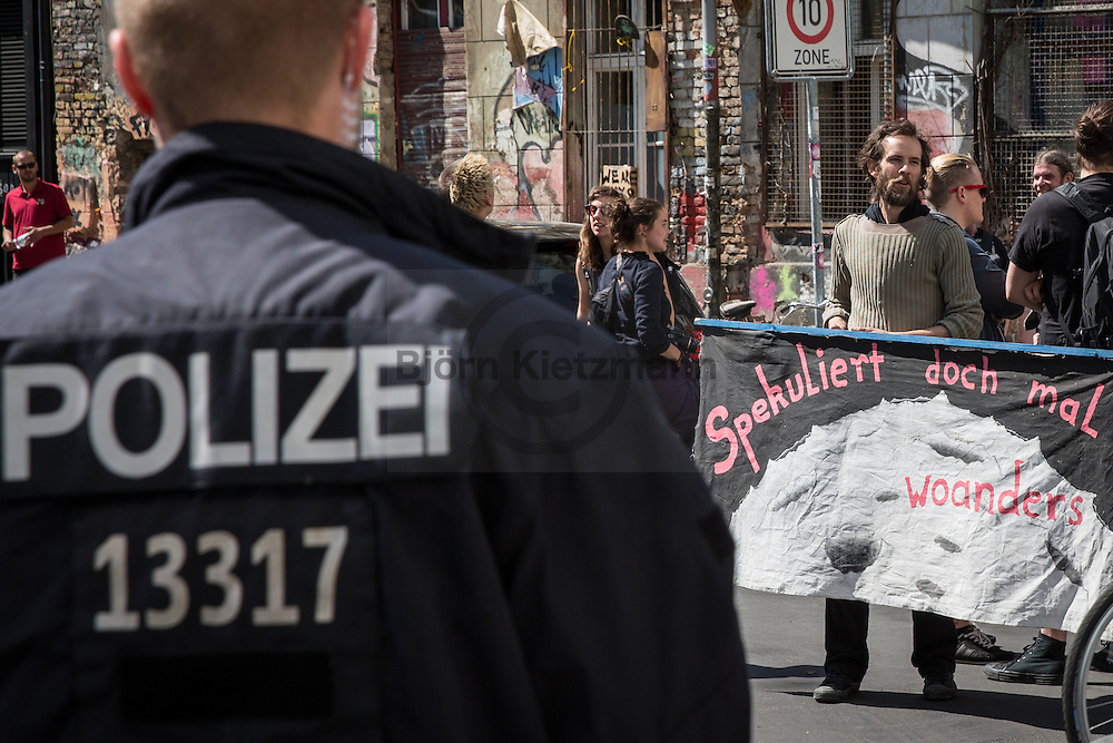 Berlin, Germany - 10.05.2016<br /> <br /> In the morning parts of the left house project Linie206 in Berlin-Mitte were eviction. Police forces secured the work of a bailiff. During the eviction residents hanging out a &rdquo;no space for new buildings&rdquo;-banner The house project in the Linienstrasse is one of the last unrenovated buildings in the area.<br /> <br /> Am Morgen wurde Teile des linken Hausprojekts Linie206 in Berlin-Mitte geraeumt. Die Polizei sicherte den Einsatz des Gerichtsvollziehers und eines Umzugsunternehmens ab. Im Laufe der Raeumung haengten Bewohner ein &quot;Kein Platz fuer Neubauten&quot; - das Gebaeude in der Linienstrasse ist eines der letzten unsanierten Bauten in der Gegend. <br /> <br /> Photo: Bjoern Kietzmann