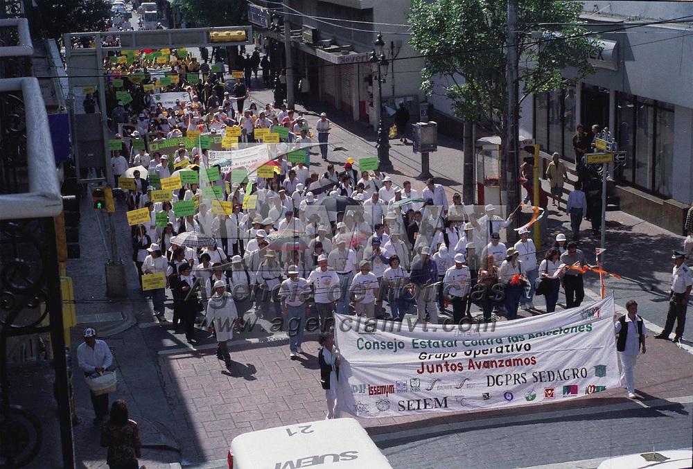 Toluca, M&eacute;x.- Integrantes de diferentes organizaciones, realizaron una marcha pacifica antidrogas por las calles de esta Ciudad, terminando con una concentraci&oacute;n en la plaza &quot;Gonzalez Arratia&quot;. Agencia MVT / H. V&aacute;zquez E. (FILM)<br /> <br /> NO ARCHIVAR - NO ARCHIVE