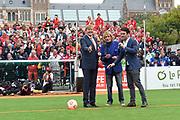 Koning Willem-Alexander heeft op het Museumplein in Amsterdam tegenover het Rijksmuseum het wereldkampioenschap voetbal voor dak- en thuislozen geopend. <br /> <br /> King Willem-Alexander on the Museumplein in Amsterdam, opposite the Rijksmuseum opened the World Cup for the homeless.<br /> <br /> Op de foto / On the photo:  Frans Derks en Koning Willem Alexander