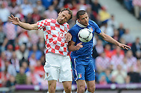 FUSSBALL  EUROPAMEISTERSCHAFT 2012   VORRUNDE Italien - Kroatien                    14.06.2012 Gordon Schildenfeld (li, Kroatien) gegen Thiago Motta (re, Italien)