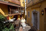 Habitant marchant dans une ruelle du quartier du Suquet // Local walking in Suquet street
