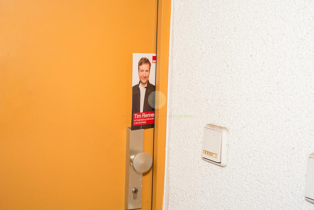 Tim rennt: Mit dem SPD-Abgeordneten Tim Renner auf Tuer-zu-Tuer Wahlkampf in seinem Wahlkreis Berlin Charlottenburg-Wilmersdorf. Begleitet von einem Pressetross stellt sich Tim Renner den Buegern seines Wahlkreises vor. Hier klingelt er - erfolglos - bei einem Anwohner bzw. Anwohnerin namens M. Schulz.