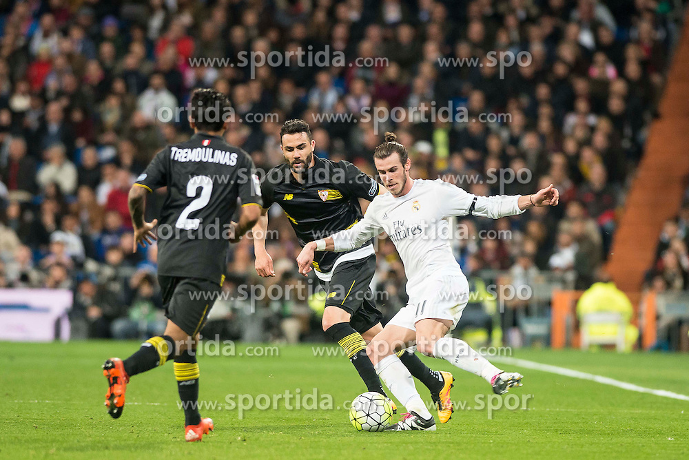 20.03.2016, Estadio Santiago Bernabeu, Madrid, ESP, Primera Division, Real Madrid vs Sevilla FC, 30. Runde, im Bild Real Madrid's Gareth Bale and Sevilla FC's Benoit Tremoulinas and Vicente Iborra // during the Spanish Primera Division 30th round match between Real Madrid and Sevilla FC at the Estadio Santiago Bernabeu in Madrid, Spain on 2016/03/20. EXPA Pictures &copy; 2016, PhotoCredit: EXPA/ Alterphotos/ Borja B.Hojas<br /> <br /> *****ATTENTION - OUT of ESP, SUI*****