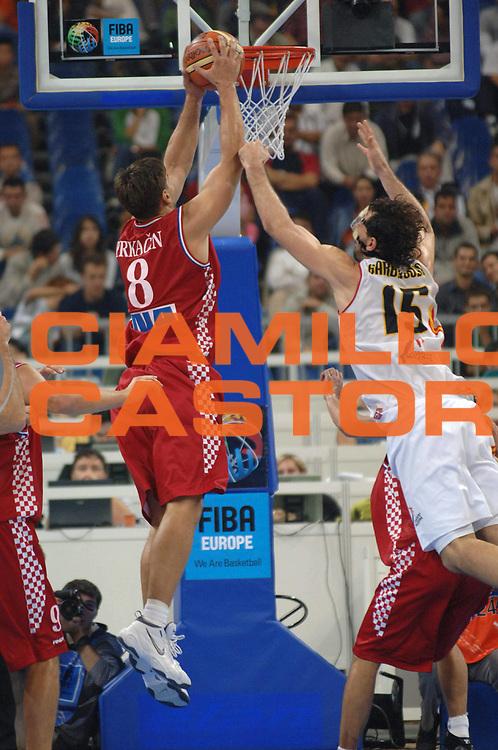 DESCRIZIONE : Belgrado Belgrade Eurobasket Men 2005 Croazia Spagna <br /> GIOCATORE : Prkacin Garbajosa<br /> SQUADRA : Croazia Croatia Spagna Spain<br /> EVENTO : Eurobasket Men 2005 Campionati Europei Uomini 2005<br /> GARA : Croazia Spagna Croatia Spain<br /> DATA : 23/09/2005<br /> CATEGORIA :<br /> SPORT : Pallacanestro<br /> AUTORE : Ciamillo&amp;Castoria/Fiba Europe Pool