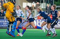 AMSTELVEEN - Ginella Zerbo (SCHC) met Daphne van der Vaart (Pinoke) stuit op Kiki Gunneman (Pinoke)  tijdens de competitie hoofdklasse hockeywedstrijd dames, Pinoke-SCHC (1-8) . COPYRIGHT KOEN SUYK