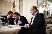 """Nederland. Den Haag, 1 juni 2007. <br /> De Commissie-Vreeman presenteert haar rapport over de gang van zaken die heeft geleid tot verlies van negen Kamerzetels bij de Tweede-Kamerverkiezingen van 2006 . """"De scherven opgeveegd."""" Jacques Tichelaar, Wouter Bos en interim voorzitter Ruud Koole.<br /> Foto Martijn Beekman NIET VOOR TROUW, AD, TELEGRAAF, NRC EN HET PAROOL"""