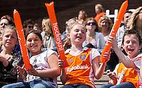 ROTTERDAM - HOCKEY -  Supporters van Oranje tijdens de oefenwedstrijd tussen de mannen van Nederland en Engeland (2-1) . FOTO KOEN SUYK