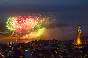 Nederland, Nijmegen, 17-7-2016Het traditionele vuurwerk tijdens de zomerfeesten van de 4daagse . De Waal in vlammen. Foto: Flip Franssen