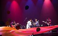 El duo cubano Decorason junto a La Cayetana cantan Saturday July 24,2015 en el Teatro Nacional en la Cuarta Edicion de los Conciertos Estudio y Lucha.  Photo: Edgar ROMERO/Imagenes Libress