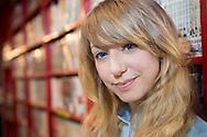 Åsa Ekström bland hyllor fyllda av böcker med manga i Tokyo. Åsa Ekström gör succé i Japan som mangatecknare.