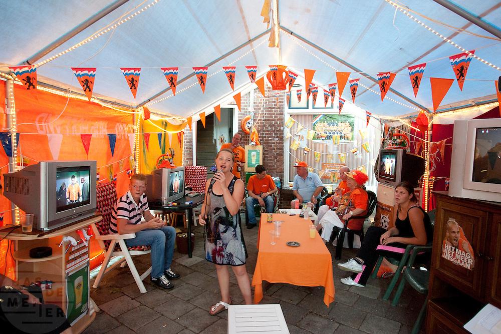 Voorafgaand aan de WK finale voetbal tussen Nederland en Spanje zingt een meisje in de Utrechtse volkswijk Ondiep, de wijk waar Wesley Sneijder vandaan komt, een lied voor de buurtbewoners