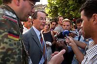 24 AUG 2004, PRIZREN/KOSOVO:<br /> Franz Muentefering, SPD Partei- und Fraktionsvorsitzender, gibt der einheimischen Presse ein kruzes Statement, waehrend einem Rundgang durch die Innenstadt von Prizren, im Rahmen des Besuchs des Deutschen Einsatzkontingents der Kosovo Force, KFOR<br /> IMAGE: 20040824-01-078<br /> KEYWORDS: Franz Müntefering, Journalisten, Journalist, Pressekonferenz, Mikrofon, microphone
