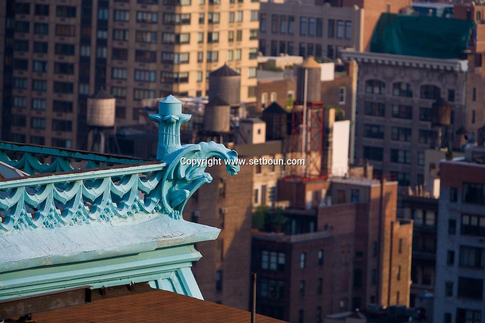New York. building with gargoyls s  on fifth avenue / building avec gargouilles  New York - Etats unis
