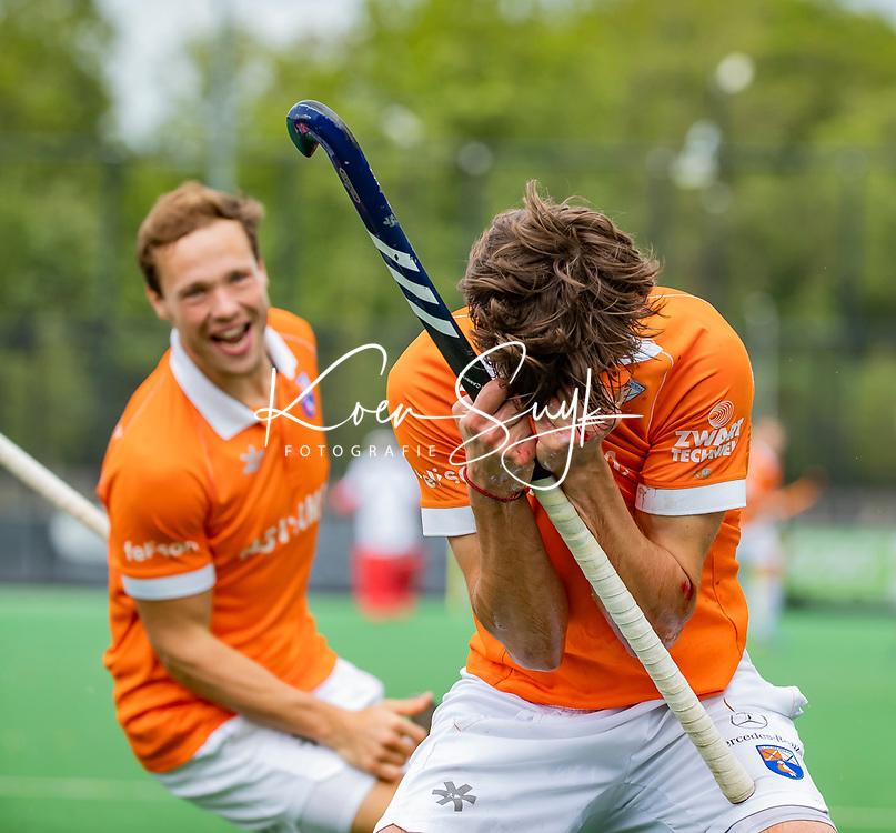 BLOEMENDAAL - Florian Fuchs (Bldaal) heeft de stand op 2-0 gebracht tijdens   de derde en beslissende finale van de play-offs om de Nederlandse titel. Bloemendaal-Kampong (2-0). Bloemendaal is landskampioen. links Roel Bovendeert.    COPYRIGHT  KOEN SUYK
