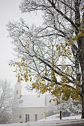 25.10.2010, Kaprun, AUT, Wintereinbruch Salzburger Land, im Bild Ahorn Baum in herbstlichen Farben in Schnee geüllt, im Hintergrund eine Kapelle bei Schneefall, EXPA Pictures © 2010, PhotoCredit: EXPA/ J. Feichter