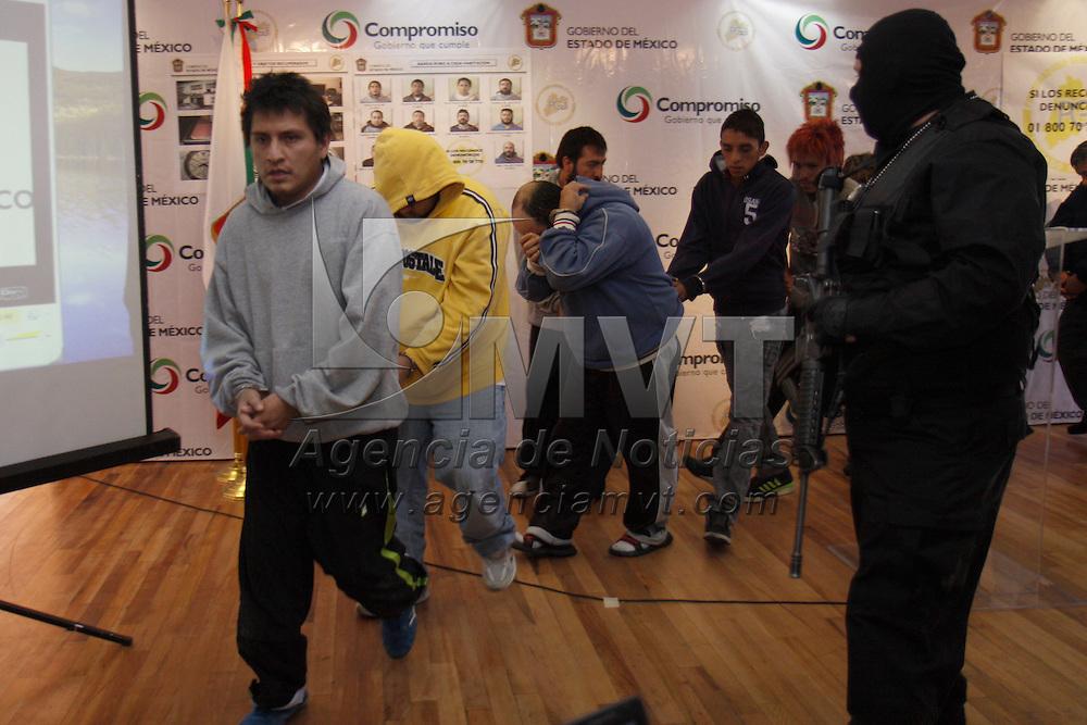 TOLUCA, México.- La Procuraduría General de Justicia del Estado de México (PGJEM) presento a 11 presuntos integrantes de una banda dedicada al robo de casa habitación en el Estado de México, Puebla, Morelos, entre otros,  4 personas más que fueron detenidas ya fueron presentados en el estado de Morelos en donde fueron detenidos. Agencia MVT / Crisanta Espinosa. (DIGITAL)