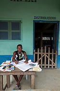 Retrato de ComercianteLa  isla de Ustupu, perteneciente a la comarca indígena  Guna Yala,  forma parte del archipiélago de 365 islas a lo largo de la costa caribe noreste de Panamá..En Ustupu se genero la  Revolución Guna  en 1925, en la que los indígenas Gunas se defendieron ante las autoridades panameñas, que obligaban a los indígenas a occidentalizar su cultura a la fuerza. los Gunas con el aval del gobierno panameño, crearon un territorio autónomo llamado comarca indígena de Guna Yala, para garantizar la seguridad de la población y cultura Guna..(Ramón Lepage).