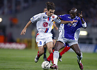 Fotball<br /> Frankrike 2004/05<br /> Toulouse v Lyon<br /> 22. september 2004<br /> Foto: Digitalsport<br /> NORWAY ONLY<br /> JUNINHO (LYON) / ACHILLE EMANA (TOU)