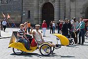 Altstadt, Fahrrad-Rikscha mit Toursten, Dresden, Sachsen, Deutschland.|.Dresden, Germany,  old town, trishaw with tourists