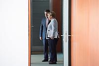 21 JUN 2017, BERLIN/GERMANY:<br /> Sigmar Gabriel (L), SPD, Bundesaussenminister, und Angela Merkel (R), CDU, Bundeskanzlerin, vor der T&uuml;re zum Kabinettsaal, vor Beginn der Kabinettsitzung, Bundeskanzleramt<br /> IMAGE: 20170621-01-009<br /> KEYWORDS: Kabinett, Sitzung