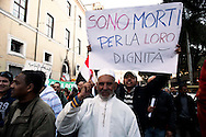 Roma 6 Febbraio 2011.Manifestazione del  movimento egiziano a Roma per chiedere Libertà e democrazia in Egitto e  l'allontanamento di Mubarak..Rome, January 31, 2011.Piazza della Repubblica.Manifestation of the Egyptian movement in Rome to demand freedom and democracy in Egypt and Mubarak's removal..the banner reads: They died for their dignity.