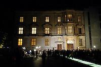09 OCT 2005, BERLIN/GERMANY:<br /> Parlamentarische Gesellschaft, gegenüber dem Reichstagsgebaeude, mit wartenden Journalisten, waehrend der Sondierungsgespraeche von CDU/CSU und SPD zur Bildung einer grossen Koalition, Deutscher Bundestag<br /> IMAGE: 20051009-01-007