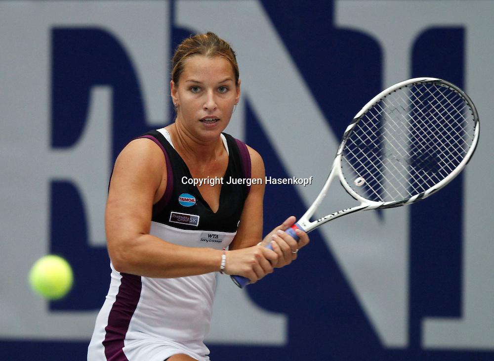 Generali Ladies Linz 2011,WTA Tour, Damen Hallen Tennis Turnier. in Linz, Oesterreich,.Dominika Cibulkova (SVK),Aktion,Einzelbild,Halbkoerper,Querformat,