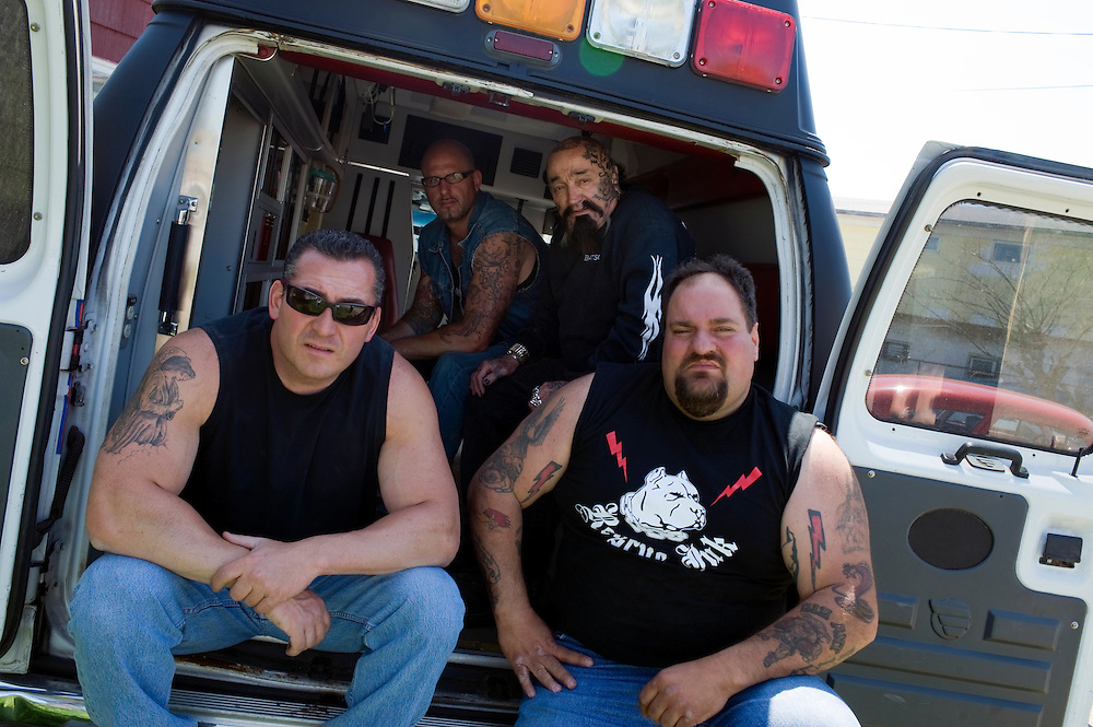 """Rescue Ink, Long Island, New York, taettowierte Motoradgang, Verein zur Rettung mishandelter Hunde und anderer Tierarten.vlnr:.Joe Panz, Jonny """"O"""", """"Batzo"""", """"Big Ant"""", in ihrem Krankenwagen.Rescue Ink, the animal rescue group that brings an in your face approach to the fight against animal abuse and neglect. The goups members are heavily tattooed and ride motorbikes. Their pitbull 'Rebel', who lives at their headquarters, was rescued from a dog fighting operation, where he was used as bait. He was near death when two members of Rescue Ink flew to Virginia to save him...Foto © Stefan Falke."""
