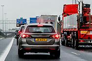 a16 - file op de snelweg in de regen , neerslag ROBIN UTRECHT