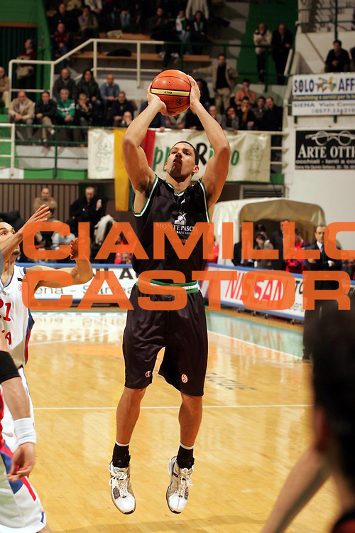 DESCRIZIONE : Siena Lega A1 2005-06 Montepaschi Siena Cska Mosca <br /> GIOCATORE : Hamilton <br /> SQUADRA : Montepaschi Siena <br /> EVENTO : Campionato Lega A1 2005-2006 <br /> GARA : Montepaschi Siena Cska Mosca <br /> DATA : 21/12/2005 <br /> CATEGORIA : Tiro <br /> SPORT : Pallacanestro <br /> AUTORE : Agenzia Ciamillo-Castoria/P.Lazzeroni