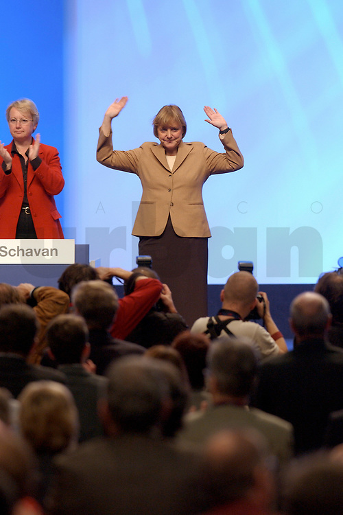 11 NOV 2002, HANNOVER/GERMANY:<br /> Angela Merkel, CDU Bundesvorsitzende, nimmt nach ihrer Rede den Jubel der Delegierten entgegen, CDU Bundesparteitag, Hannover Messe<br /> IMAGE: 20021111-01-070<br /> KEYWORDS: Parteitag, party congress, speech, Applaus