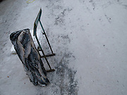 Stuhl Lehne aus einem Block gefrorener Fische auf dem Freiluft Markt im Zentrum von Jakutsk. Jakutsk hat 236.000 Einwohner (2005) und ist Hauptstadt der Teilrepublik Sacha (auch Jakutien genannt) im Foederationskreis Russisch-Fernost und liegt am Fluss Lena. Jakutsk ist im Winter eine der kaeltesten Grossstaedte weltweit mit durchschnittlichen Winter Temperaturen von -40.9 Grad Celsius. Die Stadt ist nicht weit entfernt von Oimjakon, dem Kaeltepol der bewohnten Gebiete der Erde.<br /> <br /> Armrest made out of a block of frozen fish at the Yakutsk outdoor fish market. Yakutsk is a city in the Russian Far East, located about 4 degrees (450 km) below the Arctic Circle. It is the capital of the Sakha (Yakutia) Republic (formerly the Yakut Autonomous Soviet Socialist Republic), Russia and a major port on the Lena River. Yakutsk is one of the coldest cities on earth, with winter temperatures averaging -40.9 degrees Celsius.