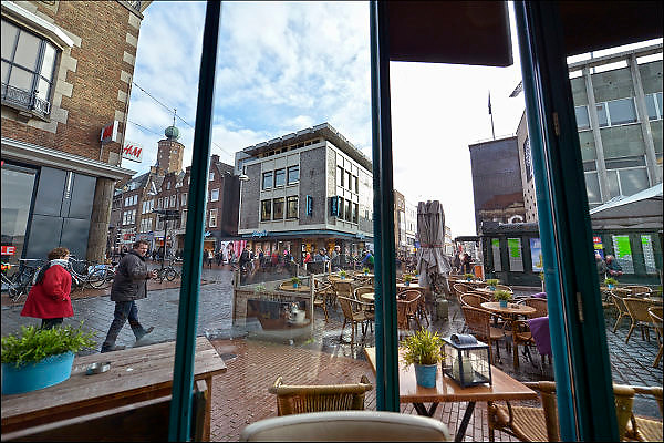 Nederland, Nijmegen, 1-2-2015Zicht op het kruispunt burchtstraat en broerstraat in het centrum van de stad op een koopzondag. Rechts de V en D, links de toren van het stadhuis.Foto: Flip Franssen/Hollandse Hoogte