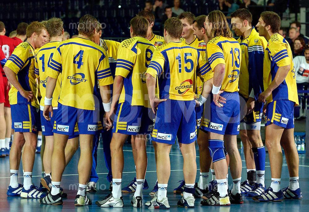 Handball Herren, Laenderspiel, Nationalmannschaften, Super-Cup 2003 Arena Leipzig (Germany) Schweden - Russland die schwedische Mannschaft bei einer technischen Auszeit mit Trainer Bengt Johansson