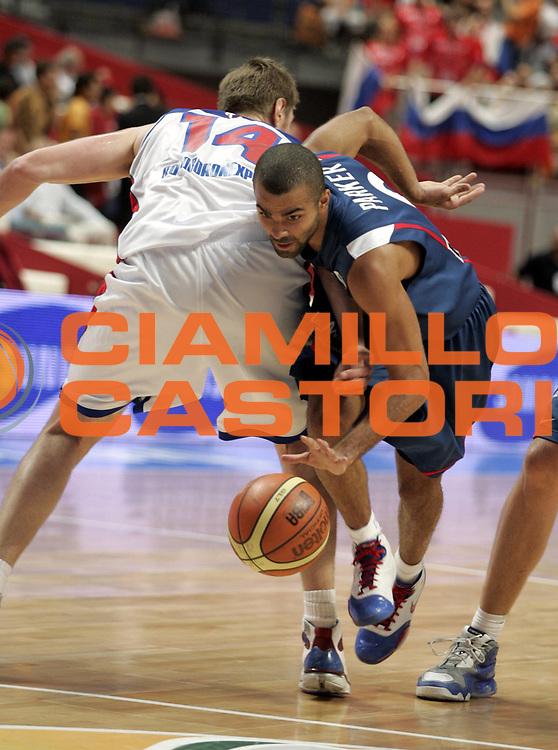 DESCRIZIONE : Madrid Spagna Spain Eurobasket Men 2007 Quarter Final Quarti di Finale Russia France Russia Francia <br /> GIOCATORE : Tony Parker<br /> SQUADRA : Francia France<br /> EVENTO : Eurobasket Men 2007 Campionati Europei Uomini 2007 <br /> GARA : Russia France Russia Francia <br /> DATA : 13/09/2007 <br /> CATEGORIA : Palleggio<br /> SPORT : Pallacanestro <br /> AUTORE : Ciamillo&amp;Castoria/H.Bellenger <br /> Galleria : Eurobasket Men 2007 <br /> Fotonotizia : Madrid Spagna Spain Eurobasket Men 2007 Quarter Final Quarti di Finale Russia France Russia Francia <br /> Predefinita :