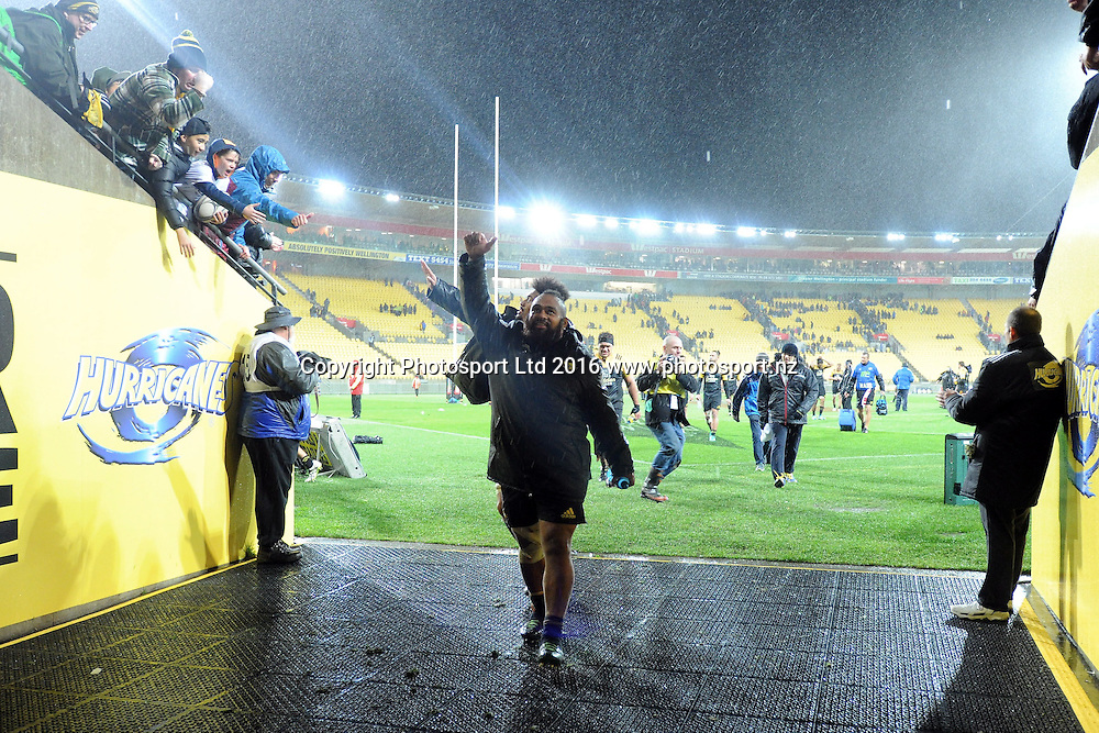 The Hurricanes Loni Uhila thanks fans following the Super Rugby Quater Final, Hurricanes v Sharks, Westpac Stadium, Wellington, Saturday, July 23, 2016. Copyright photo: Kerry Marshall / www.photosport.nz