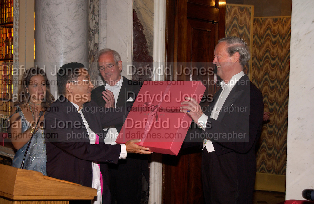 Jade Jagger presents The Duke of Marlborough with a Garrard plate, Ball at Blenheim Palace in aid of the Red Cross, Woodstock, 26 June 2004. SUPPLIED FOR ONE-TIME USE ONLY-DO NOT ARCHIVE. © Copyright Photograph by Dafydd Jones 66 Stockwell Park Rd. London SW9 0DA Tel 020 7733 0108 www.dafjones.com