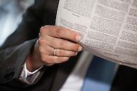 Österreich, Geschäftsmann macht Pause in Restaurant, Zeitung lesend, Detail