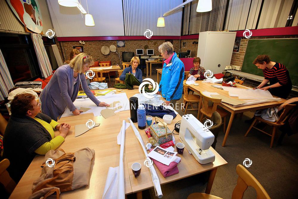 ZALTBOMMEL - Vrouwencentrum, Maasstraat. De Werkgroep Kleding van het Bommels Gilde houdt een avondje achter de naaimachine. FOTO LEVIN DEN BOER - PERSFOTO.NU