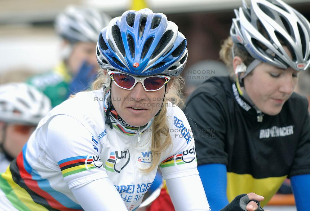 03-04-2006 WIELRENNEN: COURSE DOTTIGNIES: BELGIE<br /> De werldkampioene Regina Schleicher zat in het peleton en deed het rustig aan<br /> ©2006-WWW.FOTOHOOGENDOORN.NL