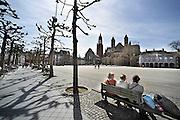 Nederland, Maastricht, 14-4--2013De eerste echt warme lentedag wordt volop gevierd op de terrassen en bankejes aan het Vrijthof.Foto: Flip Franssen/Hollandse Hoogte