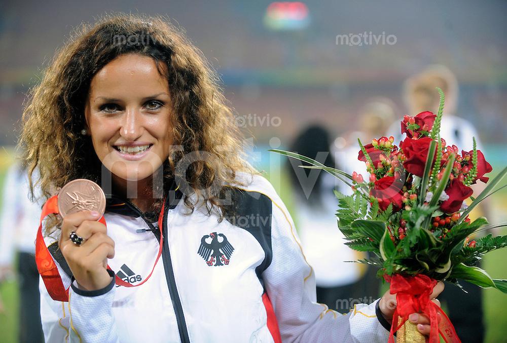 Olympia 2008  Peking  Fussball  Frauen   21.08.2008 Brasilien - USA Fatmire BAJRAMAJ (GER) posiert mit der Bronzemedaille im Frauenfussball.