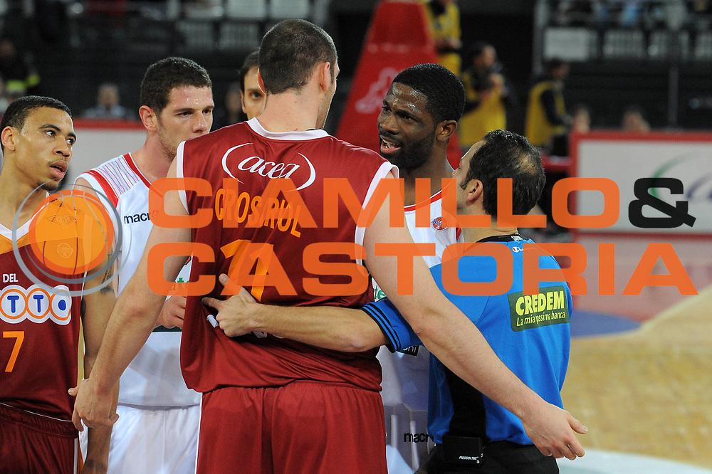 DESCRIZIONE : Roma Lega A 2009-10 Lottomatica Virtus Roma Banca Tercas Teramo <br /> GIOCATORE : Andrea Crosriol Bobby Jones<br /> SQUADRA : Lottomatica Virtus Roma Banca Tercas Teramo<br /> EVENTO : Campionato Lega A 2009-2010 <br /> GARA : Lottomatica Virtus Roma Banca Tercas Teramo<br /> DATA : 13/12/2009<br /> CATEGORIA : Delusione<br /> SPORT : Pallacanestro <br /> AUTORE : Agenzia Ciamillo-Castoria/G.Vannicelli<br /> Galleria : Lega Basket A 2009-2010 <br /> Fotonotizia : Roma Campionato Italiano Lega A 2009-2010 Lottomatica Virtus Roma Banca Tercas Teramo <br /> Predefinita :