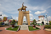 Ben Tanh Market (backgr.), Monument of Tran Nguyen Hai, first to use carrier pigeons in Vietnam.